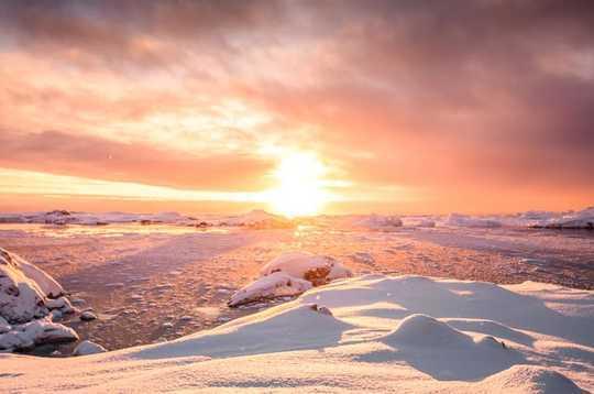 إطلاق حرارة الصيف المبكرة بولاية ألاسكا وحدوث الانهيار الأرضى
